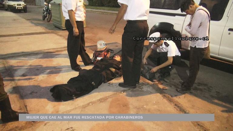 Photo of Carabineros rescata a mujer que cae al mar