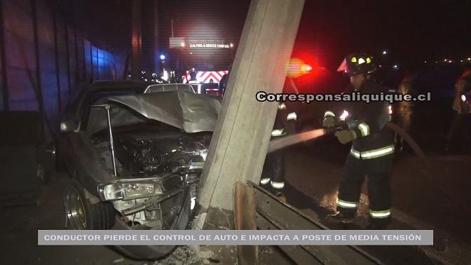 Photo of Conductor pierde el control de auto y choca con poste de media tensión