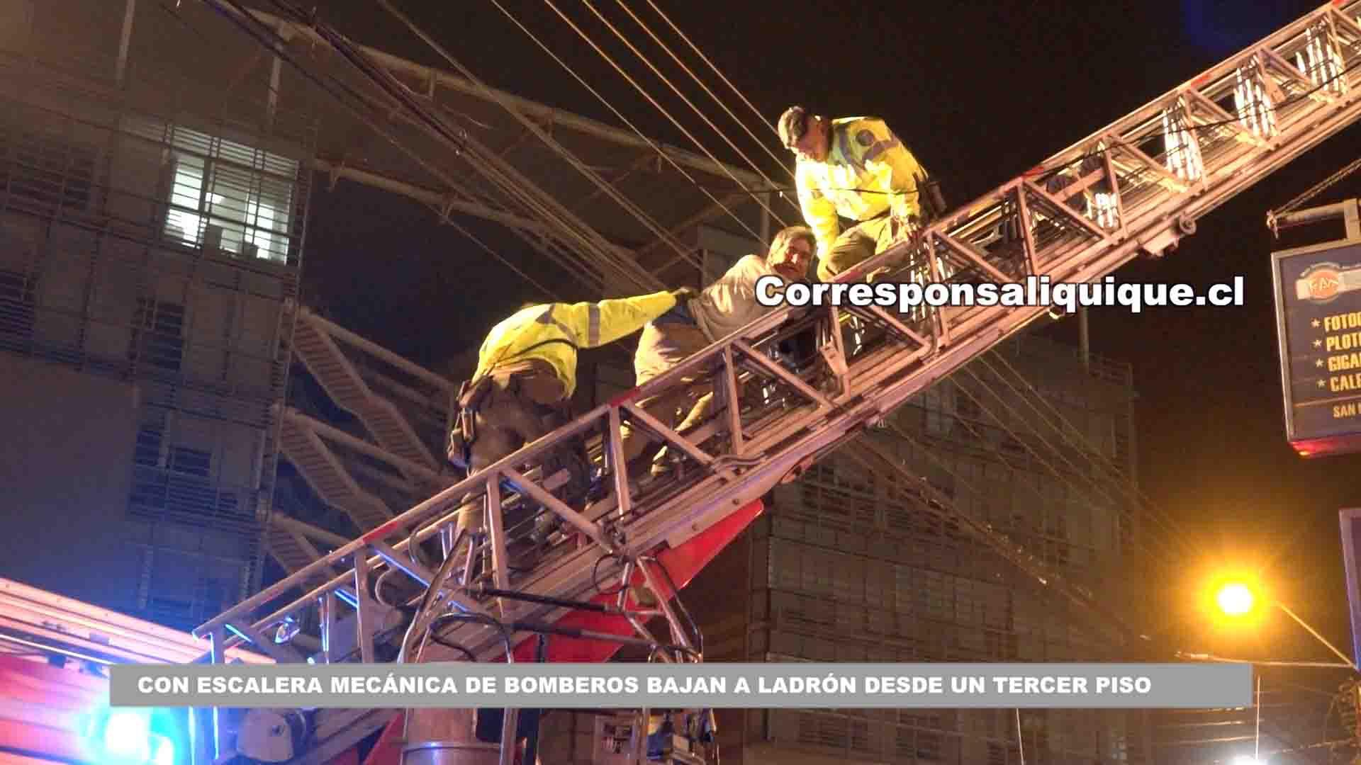 Photo of Con escalera mecánica de Bomberos bajan a ladrón desde un tercer piso