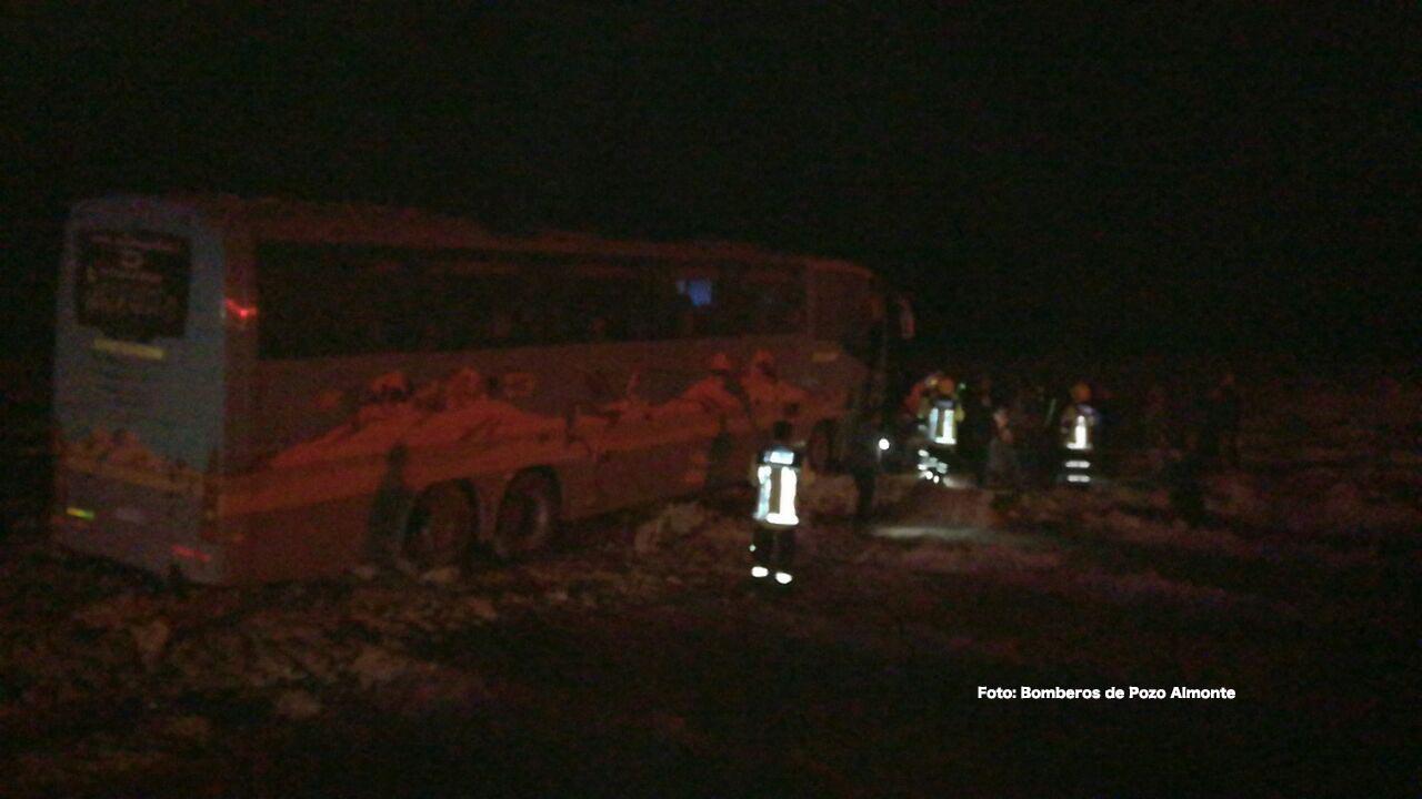 Photo of 1 muerto en colisión frontal de camión tres cuartos con bus