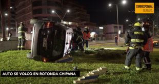 Auto se vuelca en rotonda Chipana